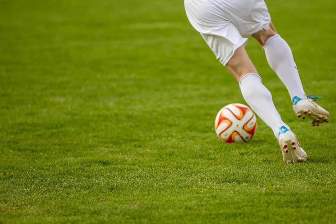 Футболист тренирует удар.
