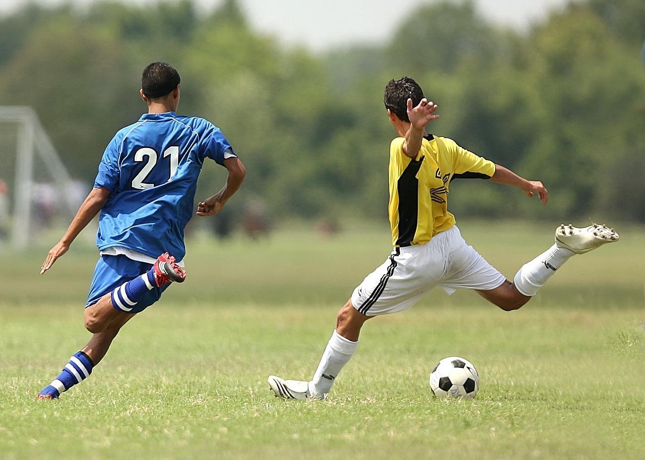 Люди играют в футбол.