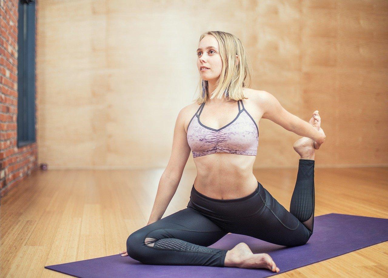 Девушка делает упражнения для спины и груди.